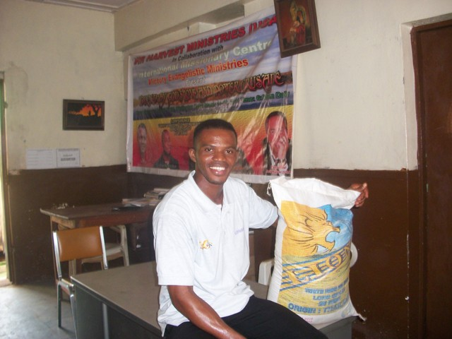 A volunteer staff member with rice